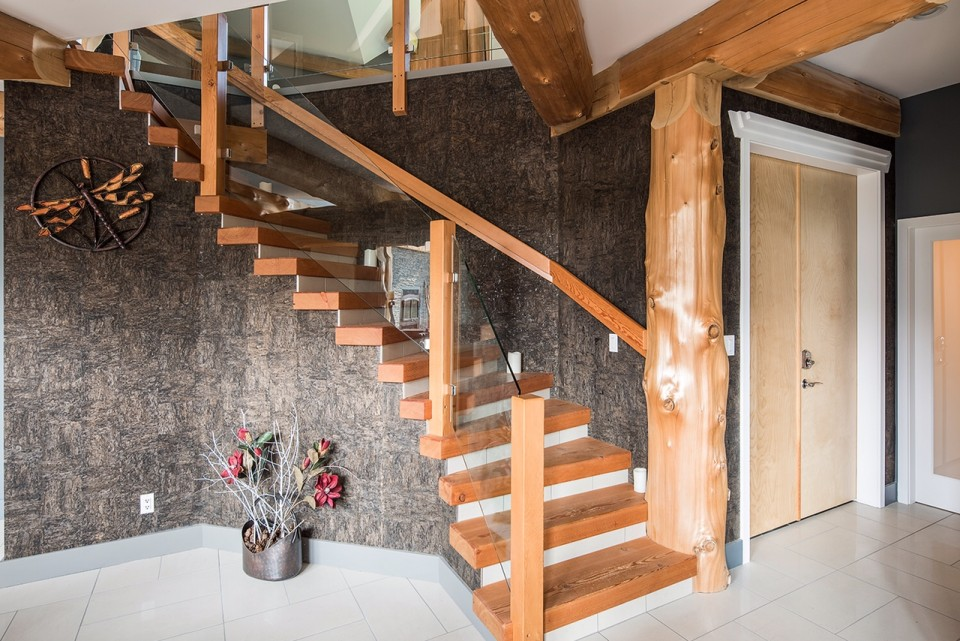 wood-staircase-in-timber-and-log-home