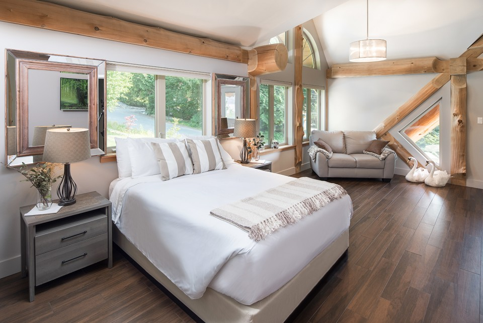 bedroom-in-log-home
