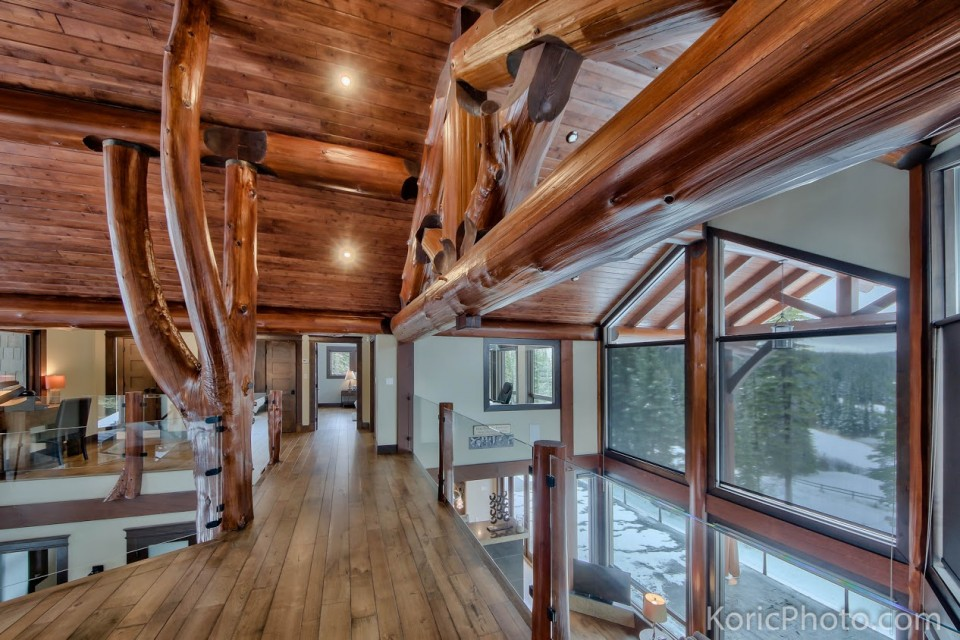 upper-walkway-in-log-home