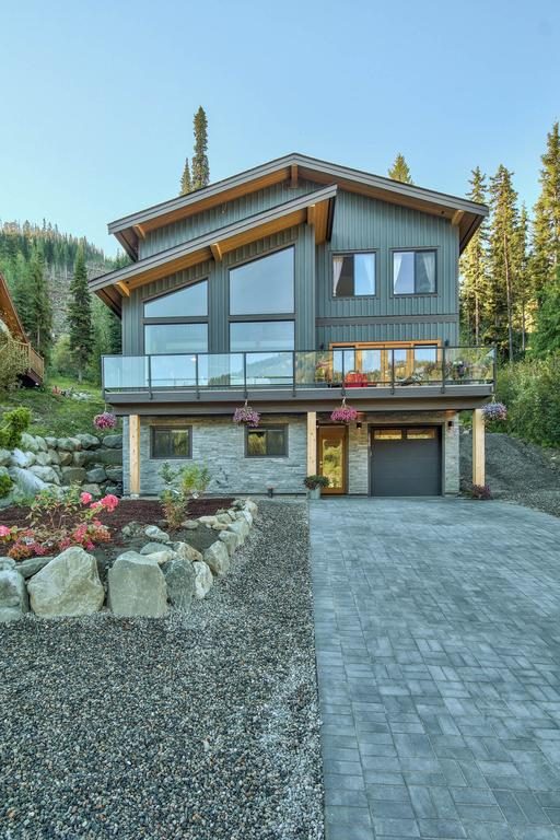 The front of a timber frame house located in Sun Peaks