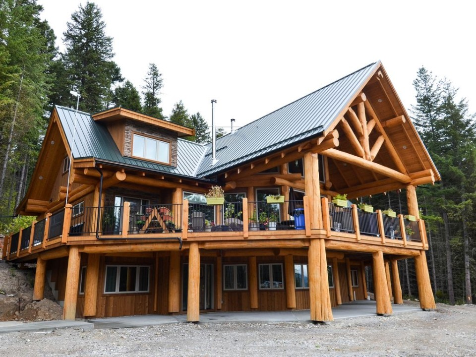 Wrap-around deck on a post and beam log home